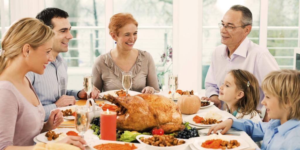o-THANKSGIVING-DINNER-FAMILY-facebook