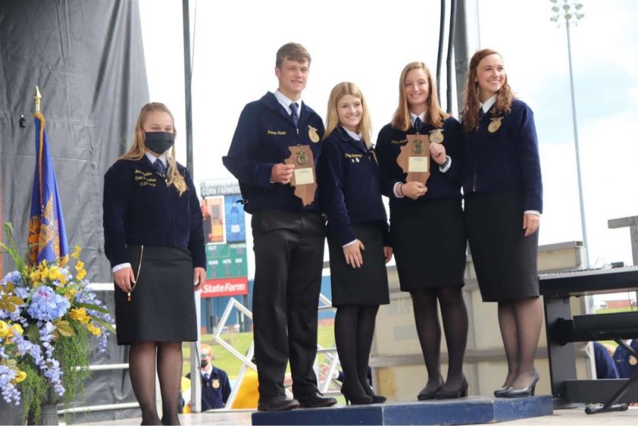 (from left to right) 2020-2021 Illinois FFA state president Lexi Muller, and officers Preston Rhode, Paige Lemenager, Chloe Boitnott, and Lauren Mohr win the state competition in livestock judging 2020-2021.